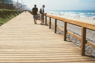 Walk-Walking-sea-beach-vacation-people